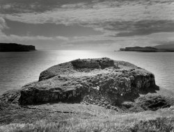 Click to a larger version of Dun Ardtreck galleried dun, Ardtreck Point, Isle of Skye: photo  © Mick Sharp